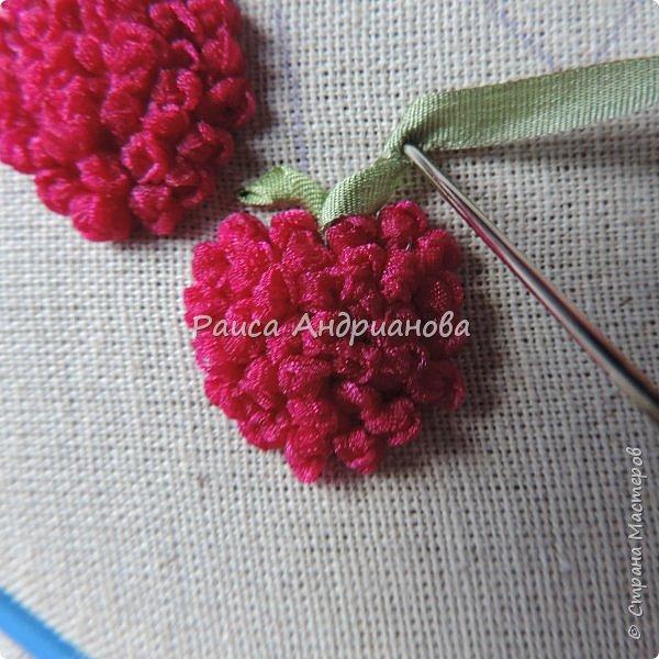 Понадобится:ткань,синтепон,косая бейка,органза(1см) для ягод, атласная лента(0,3см) для листьев и веточек, нитки мулине. фото 9
