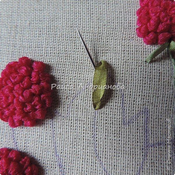 Понадобится:ткань,синтепон,косая бейка,органза(1см) для ягод, атласная лента(0,3см) для листьев и веточек, нитки мулине. фото 11