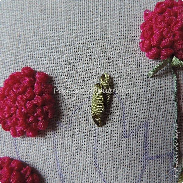 Понадобится:ткань,синтепон,косая бейка,органза(1см) для ягод, атласная лента(0,3см) для листьев и веточек, нитки мулине. фото 12