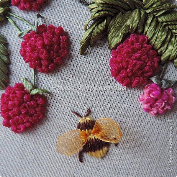 Понадобится:ткань,синтепон,косая бейка,органза(1см) для ягод, атласная лента(0,3см) для листьев и веточек, нитки мулине. фото 2