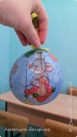 Здраствуйте! Посмотрите,какой я сделала шарик) мне он нравится. Блестки,салфетки,гуашь,бумага,гель с блестками. фото 1