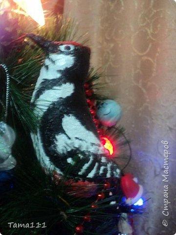 Решила к новому году что то сотворить.Налепила птичек папье маше. Вот первый обитатель нашей новогодней ёлки -дятел. Крепятся игрушки на деревянные прищепки,предварительно покрашенные в зеленый.Держится на ёлочке хорошо.  фото 2