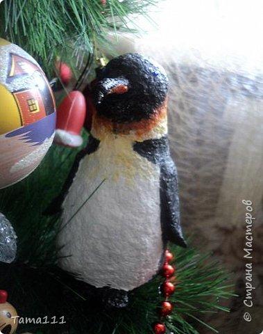 Решила к новому году что то сотворить.Налепила птичек папье маше. Вот первый обитатель нашей новогодней ёлки -дятел. Крепятся игрушки на деревянные прищепки,предварительно покрашенные в зеленый.Держится на ёлочке хорошо.  фото 4