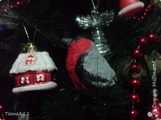 Решила к новому году что то сотворить.Налепила птичек папье маше. Вот первый обитатель нашей новогодней ёлки -дятел. Крепятся игрушки на деревянные прищепки,предварительно покрашенные в зеленый.Держится на ёлочке хорошо.  фото 7