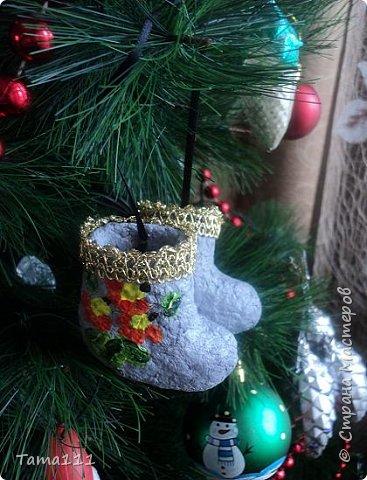 Решила к новому году что то сотворить.Налепила птичек папье маше. Вот первый обитатель нашей новогодней ёлки -дятел. Крепятся игрушки на деревянные прищепки,предварительно покрашенные в зеленый.Держится на ёлочке хорошо.  фото 9