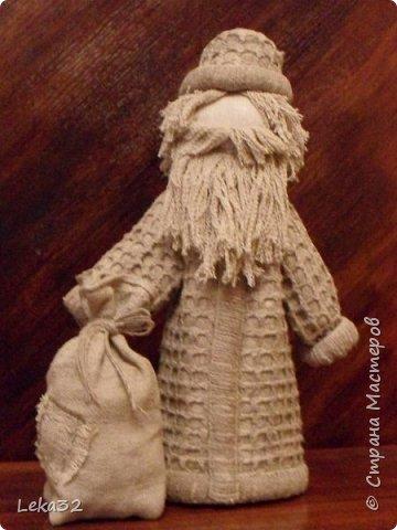 Добрый всем вечер. Какой же Новый год без Деда Мороза? Одно время я увлекалась народной куклой. Деда создала на основе куклы-закрутки. фото 1