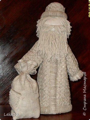 Добрый всем вечер. Какой же Новый год без Деда Мороза? Одно время я увлекалась народной куклой. Деда создала на основе куклы-закрутки. фото 2