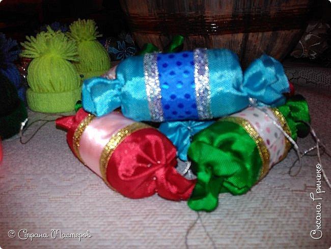 Добрый день Всем . Вот такая рождественская ель красуется у меня. Конфетки и шапочки сделаны под вдохновением мастеров из страны. Ангелочков давно уже хотелось сделать, но как то без вдохновения ни как не шло дело, а тут вдруг пришло... фото 4
