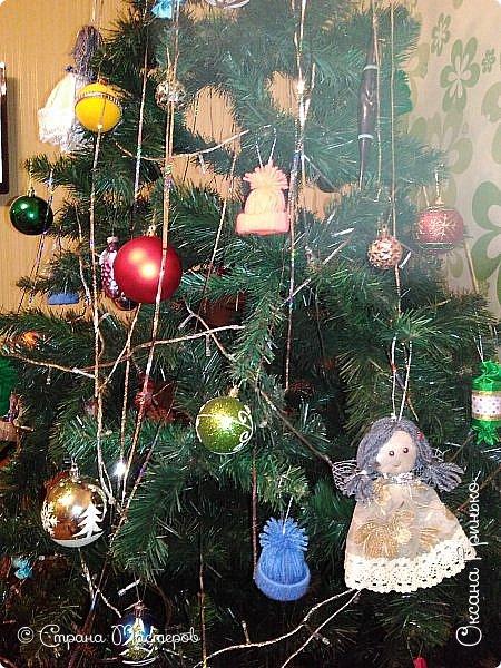 Добрый день Всем . Вот такая рождественская ель красуется у меня. Конфетки и шапочки сделаны под вдохновением мастеров из страны. Ангелочков давно уже хотелось сделать, но как то без вдохновения ни как не шло дело, а тут вдруг пришло... фото 2
