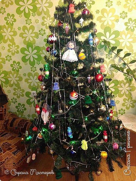 Добрый день Всем . Вот такая рождественская ель красуется у меня. Конфетки и шапочки сделаны под вдохновением мастеров из страны. Ангелочков давно уже хотелось сделать, но как то без вдохновения ни как не шло дело, а тут вдруг пришло... фото 1