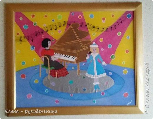"""Новогодний подарок моей любимой учительнице по пению. На этой картине в стиле батика, я изобразила нашу с ней деятельность: её за роялем и себя в костюме снегурочки с микрофоном , а на верху ноты песни под названием """" Рождество Христово """" . фото 1"""