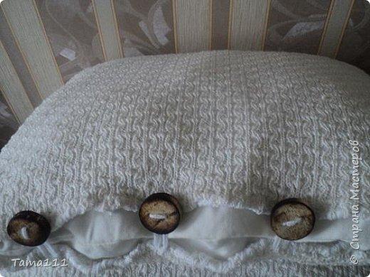 Решила поделится вот такими подушечками (уютными,зимними).У меня долгое время хранилось детское покрывальце машинной вязки (можно старый свитер). Дети с него выросли,а выкинуть жалко.Вот нашла ему такое применение.Сшила подушечки, и нарядила их в новые наволочки, пуговицы с полочек напилил муж обжег,просверлил отверстия. фото 3