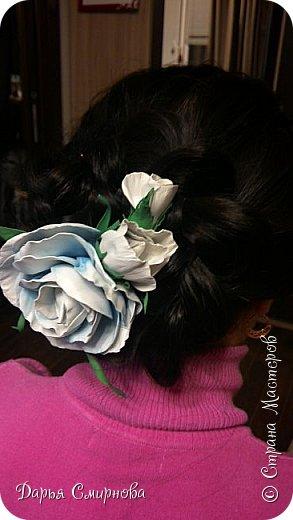 Гребень с бело-голубыми розами из фоамирана больше всего подойдет для образа невесты. фото 2