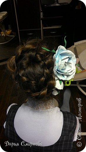 Гребень с бело-голубыми розами из фоамирана больше всего подойдет для образа невесты. фото 3