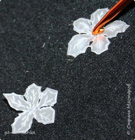 Добрый день, жители страны! Сегодня я хочу рассказать и показать как сделать такие чудесные цветы пуансетии из пергаментной бумаги, как на моей открытке.  Я видела Цветы... Из хрусталя, алмазов и сапфиров. Их для тебя придумала Зима, Из снега и Любви их сотворила... Для изготовления цветочков понадобятся: *пергаментная бумага *рисунок цветка *маленькая булька или не пишущая ручка *большая булька (у меня вязальный крючок) *ножницы *прозрачный клей Момент *бусинки  фото 6
