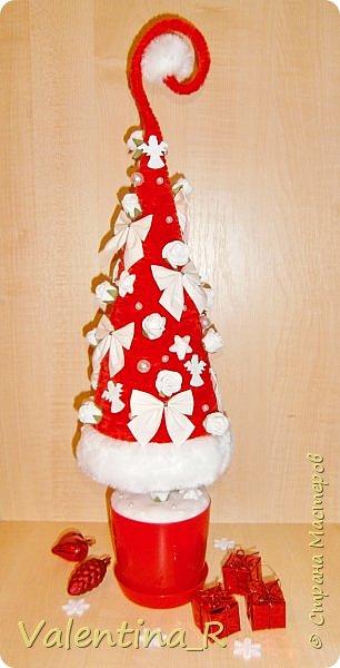 Ёлка выполнена из пряжи и декоративных украшений. Подарок для хороших друзей. фото 2