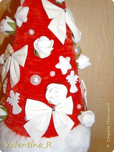 Ёлка выполнена из пряжи и декоративных украшений. Подарок для хороших друзей. фото 3
