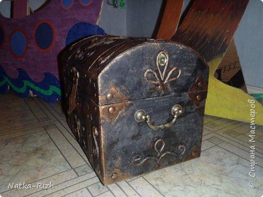 Сундук. Сделан из коробки из-под бумаги А4. Идею подсмотрела на сайте, спасибо мастерам. Делала для сына, к выступлению на конкурсе. Он был пиратский Дед Мороз, а его одноклассница - пиратская Снегурочка.  Остальные декорации https://stranamasterov.ru/node/988497 фото 3
