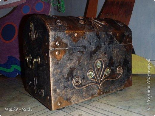 Сундук. Сделан из коробки из-под бумаги А4. Идею подсмотрела на сайте, спасибо мастерам. Делала для сына, к выступлению на конкурсе. Он был пиратский Дед Мороз, а его одноклассница - пиратская Снегурочка.  Остальные декорации https://stranamasterov.ru/node/988497 фото 6