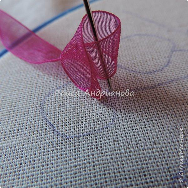 Понадобится:ткань,синтепон,косая бейка,органза(1см) для ягод, атласная лента(0,3см) для листьев и веточек, нитки мулине. фото 5