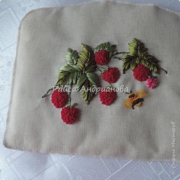 Понадобится:ткань,синтепон,косая бейка,органза(1см) для ягод, атласная лента(0,3см) для листьев и веточек, нитки мулине. фото 16
