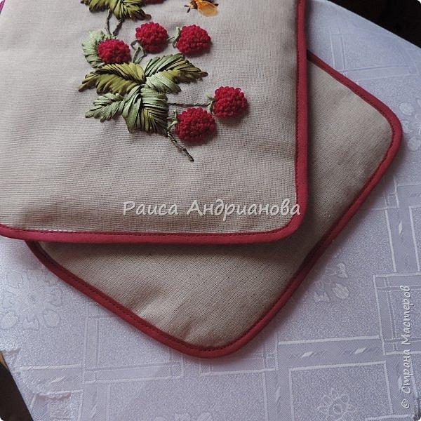 Понадобится:ткань,синтепон,косая бейка,органза(1см) для ягод, атласная лента(0,3см) для листьев и веточек, нитки мулине. фото 17