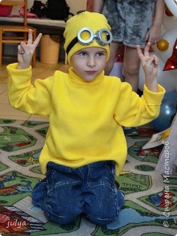 """Новый год - горячая пора, как для Дед Мороза, так и для родителей. Надо столько всего успеть!)) Хотелось сделать какой-то необычный (отличный от других костюм), так родилась идея костюма """"миньон"""". Тем более, что сын очень любит этого персонажа.   фото 2"""