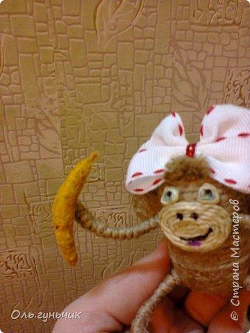 Здравствуйте всем!!!! Накопилось у меня несколько обезьянок, показываю...Эта шпагатная. Спасибо за нее Лерочку и ее МК: https://stranamasterov.ru/node/983883?c=favorite и https://stranamasterov.ru/node/964578 Я соединила два ее Мк и у меня получилась вот такая забавная обезьянка)))) Тут она сидит на телевизоре, а в новогоднюю ночь я ее посажу на бутылочку))) фото 14