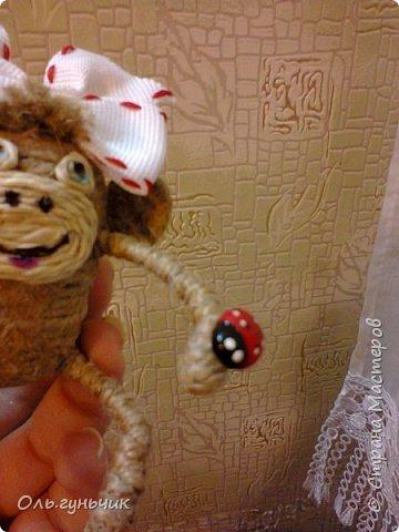 Здравствуйте всем!!!! Накопилось у меня несколько обезьянок, показываю...Эта шпагатная. Спасибо за нее Лерочку и ее МК: https://stranamasterov.ru/node/983883?c=favorite и https://stranamasterov.ru/node/964578 Я соединила два ее Мк и у меня получилась вот такая забавная обезьянка)))) Тут она сидит на телевизоре, а в новогоднюю ночь я ее посажу на бутылочку))) фото 15