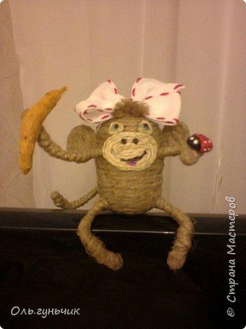 Здравствуйте всем!!!! Накопилось у меня несколько обезьянок, показываю...Эта шпагатная. Спасибо за нее Лерочку и ее МК: https://stranamasterov.ru/node/983883?c=favorite и https://stranamasterov.ru/node/964578 Я соединила два ее Мк и у меня получилась вот такая забавная обезьянка)))) Тут она сидит на телевизоре, а в новогоднюю ночь я ее посажу на бутылочку))) фото 16