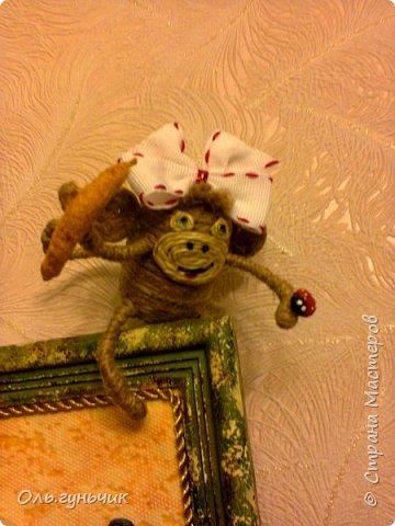 Здравствуйте всем!!!! Накопилось у меня несколько обезьянок, показываю...Эта шпагатная. Спасибо за нее Лерочку и ее МК: https://stranamasterov.ru/node/983883?c=favorite и https://stranamasterov.ru/node/964578 Я соединила два ее Мк и у меня получилась вот такая забавная обезьянка)))) Тут она сидит на телевизоре, а в новогоднюю ночь я ее посажу на бутылочку))) фото 17