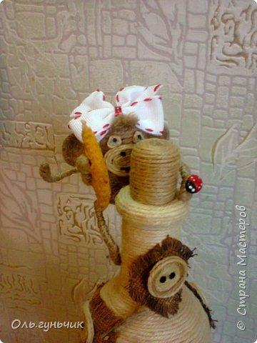 Здравствуйте всем!!!! Накопилось у меня несколько обезьянок, показываю...Эта шпагатная. Спасибо за нее Лерочку и ее МК: https://stranamasterov.ru/node/983883?c=favorite и https://stranamasterov.ru/node/964578 Я соединила два ее Мк и у меня получилась вот такая забавная обезьянка)))) Тут она сидит на телевизоре, а в новогоднюю ночь я ее посажу на бутылочку))) фото 18