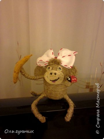 Здравствуйте всем!!!! Накопилось у меня несколько обезьянок, показываю...Эта шпагатная. Спасибо за нее Лерочку и ее МК: https://stranamasterov.ru/node/983883?c=favorite и https://stranamasterov.ru/node/964578 Я соединила два ее Мк и у меня получилась вот такая забавная обезьянка)))) Тут она сидит на телевизоре, а в новогоднюю ночь я ее посажу на бутылочку))) фото 1