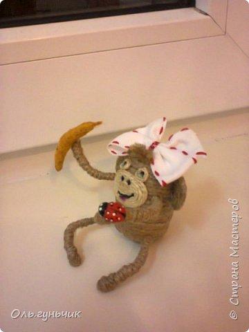 Здравствуйте всем!!!! Накопилось у меня несколько обезьянок, показываю...Эта шпагатная. Спасибо за нее Лерочку и ее МК: https://stranamasterov.ru/node/983883?c=favorite и https://stranamasterov.ru/node/964578 Я соединила два ее Мк и у меня получилась вот такая забавная обезьянка)))) Тут она сидит на телевизоре, а в новогоднюю ночь я ее посажу на бутылочку))) фото 2