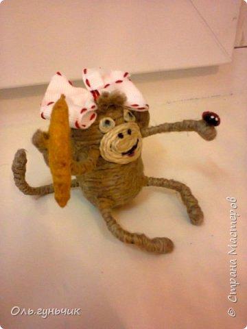 Здравствуйте всем!!!! Накопилось у меня несколько обезьянок, показываю...Эта шпагатная. Спасибо за нее Лерочку и ее МК: https://stranamasterov.ru/node/983883?c=favorite и https://stranamasterov.ru/node/964578 Я соединила два ее Мк и у меня получилась вот такая забавная обезьянка)))) Тут она сидит на телевизоре, а в новогоднюю ночь я ее посажу на бутылочку))) фото 3