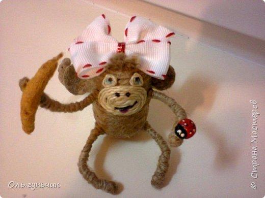 Здравствуйте всем!!!! Накопилось у меня несколько обезьянок, показываю...Эта шпагатная. Спасибо за нее Лерочку и ее МК: https://stranamasterov.ru/node/983883?c=favorite и https://stranamasterov.ru/node/964578 Я соединила два ее Мк и у меня получилась вот такая забавная обезьянка)))) Тут она сидит на телевизоре, а в новогоднюю ночь я ее посажу на бутылочку))) фото 4
