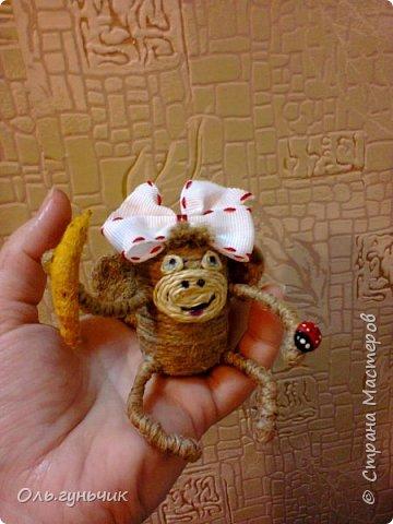 Здравствуйте всем!!!! Накопилось у меня несколько обезьянок, показываю...Эта шпагатная. Спасибо за нее Лерочку и ее МК: https://stranamasterov.ru/node/983883?c=favorite и https://stranamasterov.ru/node/964578 Я соединила два ее Мк и у меня получилась вот такая забавная обезьянка)))) Тут она сидит на телевизоре, а в новогоднюю ночь я ее посажу на бутылочку))) фото 7
