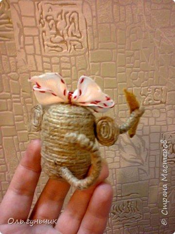 Здравствуйте всем!!!! Накопилось у меня несколько обезьянок, показываю...Эта шпагатная. Спасибо за нее Лерочку и ее МК: https://stranamasterov.ru/node/983883?c=favorite и https://stranamasterov.ru/node/964578 Я соединила два ее Мк и у меня получилась вот такая забавная обезьянка)))) Тут она сидит на телевизоре, а в новогоднюю ночь я ее посажу на бутылочку))) фото 8