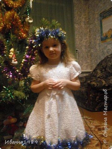 Здравствуйте дорогие соседи нашей замечательной страны Мастеров. Сегодня я к вам с новым постом, посвященным Новому году. У нас в саду проводят конкурс детских костюмов и конечно же я решила создать дочке костюм. А так как она как и в прошлом году танцует танец снежинок (Верочка у меня очень любит танцевать), то и естественно у нас костюм снежинки. Вот такое платье у меня связалось примерно за 2 недели с передышками и работой основной.  А это наша наряженная елочка. Хотя обстановка совсем не новогодняя у нас, но дети пусть радуются за всех фото 3