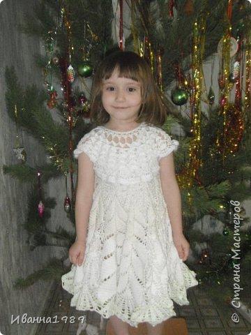 Здравствуйте дорогие соседи нашей замечательной страны Мастеров. Сегодня я к вам с новым постом, посвященным Новому году. У нас в саду проводят конкурс детских костюмов и конечно же я решила создать дочке костюм. А так как она как и в прошлом году танцует танец снежинок (Верочка у меня очень любит танцевать), то и естественно у нас костюм снежинки. Вот такое платье у меня связалось примерно за 2 недели с передышками и работой основной.  А это наша наряженная елочка. Хотя обстановка совсем не новогодняя у нас, но дети пусть радуются за всех фото 1