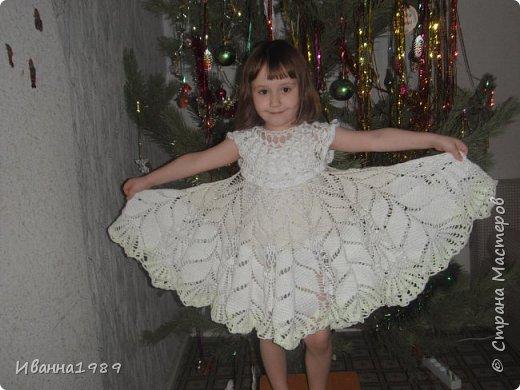 Здравствуйте дорогие соседи нашей замечательной страны Мастеров. Сегодня я к вам с новым постом, посвященным Новому году. У нас в саду проводят конкурс детских костюмов и конечно же я решила создать дочке костюм. А так как она как и в прошлом году танцует танец снежинок (Верочка у меня очень любит танцевать), то и естественно у нас костюм снежинки. Вот такое платье у меня связалось примерно за 2 недели с передышками и работой основной.  А это наша наряженная елочка. Хотя обстановка совсем не новогодняя у нас, но дети пусть радуются за всех фото 2