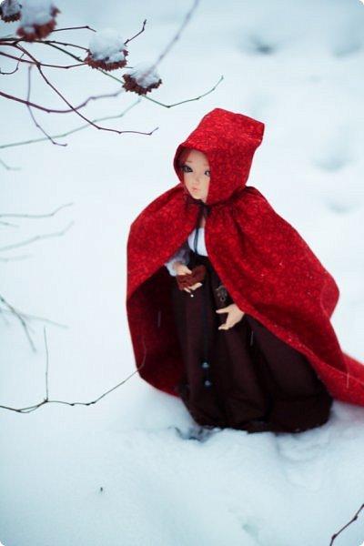 """Здравствуйте, дорогие обитатели """"СМ""""! На одном из кукольных форумов проходил новогодний конкурс на фанты - так и родилась эта история.  Всё, что представлено на героине (и не только на героине), сшито и создано моими руками. К сожалению, СМ не дает возможности оценить всю прелесть фотографий, ведь на них тоже ушло немало труда (и еще я очень замерзла ползать по кустам и сугробам, так что и тепла тоже:). Если вдруг есть желание посмотреть эти и не только эти кадры, можете зайти на мою страничку на Фликре: https://www.flickr.com/photos/114219761@N02/  Надеюсь, Вам понравится эта сказочная история! фото 6"""