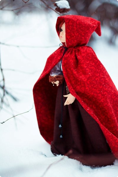 """Здравствуйте, дорогие обитатели """"СМ""""! На одном из кукольных форумов проходил новогодний конкурс на фанты - так и родилась эта история.  Всё, что представлено на героине (и не только на героине), сшито и создано моими руками. К сожалению, СМ не дает возможности оценить всю прелесть фотографий, ведь на них тоже ушло немало труда (и еще я очень замерзла ползать по кустам и сугробам, так что и тепла тоже:). Если вдруг есть желание посмотреть эти и не только эти кадры, можете зайти на мою страничку на Фликре: https://www.flickr.com/photos/114219761@N02/  Надеюсь, Вам понравится эта сказочная история! фото 7"""