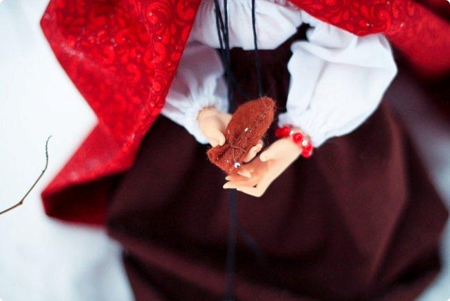 """Здравствуйте, дорогие обитатели """"СМ""""! На одном из кукольных форумов проходил новогодний конкурс на фанты - так и родилась эта история.  Всё, что представлено на героине (и не только на героине), сшито и создано моими руками. К сожалению, СМ не дает возможности оценить всю прелесть фотографий, ведь на них тоже ушло немало труда (и еще я очень замерзла ползать по кустам и сугробам, так что и тепла тоже:). Если вдруг есть желание посмотреть эти и не только эти кадры, можете зайти на мою страничку на Фликре: https://www.flickr.com/photos/114219761@N02/  Надеюсь, Вам понравится эта сказочная история! фото 9"""