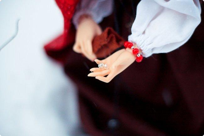 """Здравствуйте, дорогие обитатели """"СМ""""! На одном из кукольных форумов проходил новогодний конкурс на фанты - так и родилась эта история.  Всё, что представлено на героине (и не только на героине), сшито и создано моими руками. К сожалению, СМ не дает возможности оценить всю прелесть фотографий, ведь на них тоже ушло немало труда (и еще я очень замерзла ползать по кустам и сугробам, так что и тепла тоже:). Если вдруг есть желание посмотреть эти и не только эти кадры, можете зайти на мою страничку на Фликре: https://www.flickr.com/photos/114219761@N02/  Надеюсь, Вам понравится эта сказочная история! фото 10"""
