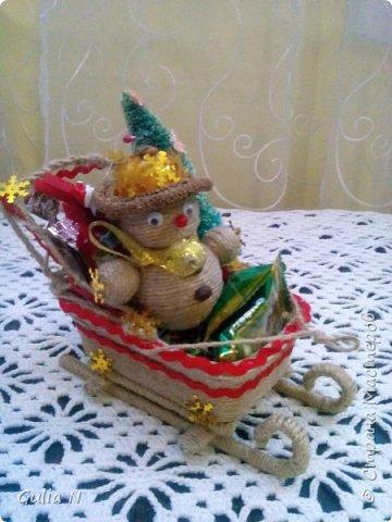 Саночки новогодние со Снеговичком и елочкой и подарками фото 1
