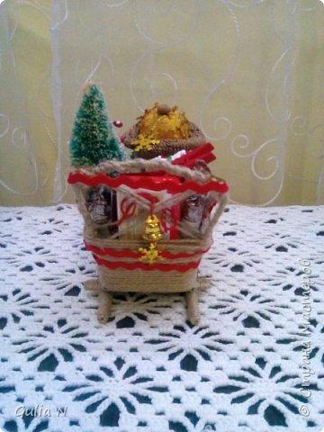 Саночки новогодние со Снеговичком и елочкой и подарками фото 2