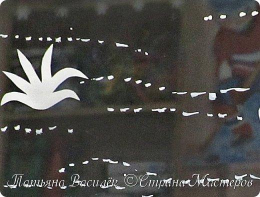 Через вьюги и метели Сани белые летели. В них - весёлый Дед Мороз, Он зверям подарки вёз! Дед Мороз спешил, летел,  Он ко всем зайти успел: И к пингвинам, и к слонам, К обезьянам, кабанам, Он успел на жаркий юг, Над планетой сделал круг,  Был на полюсе, в снегах,  На далеких берегах, Поздравлял он пеликанов  И жирафов-великанов,  И фламинго, и моржей,  Попугаев и ежей. Не забыл он никого,  Есть подарки от него  И под елкой снежной,  И под пальмой нежной.  (Ирина Гурина) фото 12