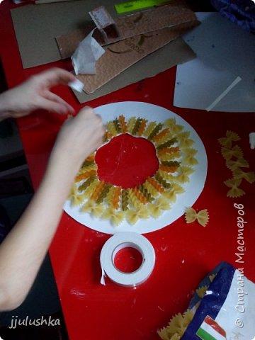 Всем привет! Вчера делали с Соней, моей давнишней воспитанницей, 8 лет, рождественские венки. Использовали макаронные изделия, блёстки, клей ПВА и акварельные краски. Вот - простейший вариант, без краски, макарошки покрыты лаком для ногтей. фото 3