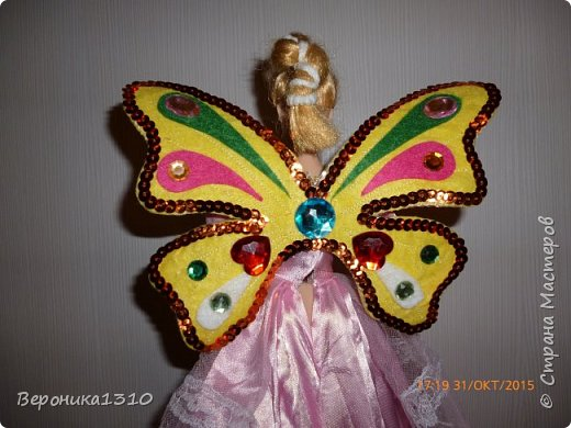 Хочу представить вам мини-МК крыльев для куклы. Дочка увлекается феями вот и решили вместе с ней сделать этот элемент одежды. Скажу, что ребенку 4.5 года поэтому крылья должны выдерживать любые трансформации. Много лазила по СМ и инету, но ничего подходящего и крепкого не встретилось, все больше декоративное, играть таким ребенку в 4 года нельзя. Вот подумала подумала и.. придумала. Если кому пригодится- буду рада. фото 1